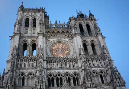 Die Fassade der Kathedrale von Amiens am Abend