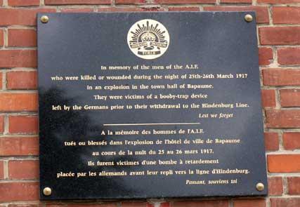 Gedenktafel am Rathaus von Bapaune